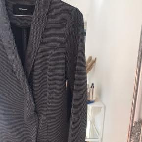 Fineste blazerkjole fra Vero Moda, kun brugt én gang. Kan også bruges åbenstående som lang blazer :-)  #30dayssellout