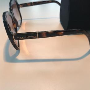 """Fede solbrille i den rigtige størrelse, brunt """"skilpadde"""" stel med logo på begge stænger.  Glassene er helt nye og ubrugte, jeg fik sat glas i med styrke, men fik dem ikke brugt meget så krævede mine øjne ny styrke, så oprindelige ubrugte glas (uden styrke) er nu sat i. Giv et bud, du får de lækreste nye solbriller til en god pris😊  Solbriller Farve: Brun"""