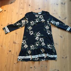 Flot kjole til alle årstider.   Ny pris. Ca. 600kr   Sælger den da jeg ik så godt kan passe den længere