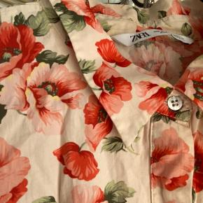 Fin kjole med røde blomster  Den er længere bagtil. Længde foran: ca. 1.13 Længde bagtil: ca. 1.17 Fra ærmegab til ærmegab: ca. 65   Se også mine andre annoncer - køber du flere ting, finder vi en god pris :)