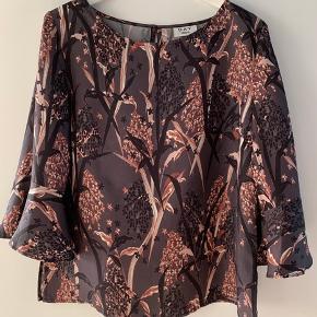 Smuk bluse med fint print