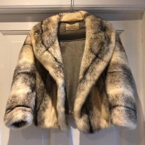 Meget smuk Saga Mink kort mink pels i Black Cross Mink Skind. Pelsen er flot og skinnende - kommer fra et ikke ryger hjem.  Bolero jakke der er god til både forår, efterår med en strik indenunder og naturligvis til fester