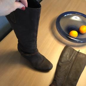 Meget flotte langskaftede- Lange støvler og behagelige at gå med- grundet freeflex sål. Brune læder/ruskind støvler.