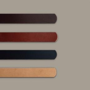 Vælg først hvilken farve læder (billede2) Vælg derefter hvilken farve ring og nitte der skal i (billede 3) Vælg så navn/ tekst.  Max 8 anslag incl evt mellemrum, hjerte/stjerne  Skal navnet/ teksten være længere, skal læderet/ nøgleringen være længere, det kan sagtens lade sig gøre.  kernelæder nøglering.  Nøgleringen måler ialt ca 11,5 cm og laves i farverne: - natur - Mørkebrun - Cognac - Sort   Nøglering og nitter fås i farverne: - metal (sølv) - Messing (guld) - Gammel messing - Gun metal (mørk metal)  Kombiner selv din favorit, til en personlig gave, til dig selv eller en du holder af.  Da læder er et natur materiale, hvor ikke to stykker er ens og fordi alle nøgleringe/ keyhanger (og evt. tryk) er håndlavede, kan de derfor variere i udtryk.  Kan afhentes i Aalborg, eller sendes mod porto.