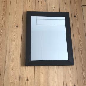 Fint vægspejl med sort ramme. Afhentes i Århus. Måler 43x53 cm.