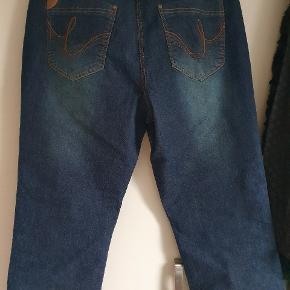 Smarte jeans fra zhenzi, der er stræk i, livvidden er ca 2x 46 cm.
