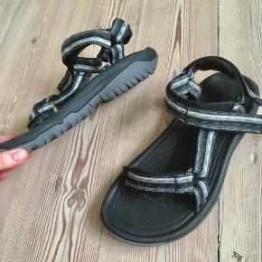 Gode og komfortable teva sandaler - oplagte til at vandre i.   Sandalerne er desværre lidt for korte og lidt for bredde til mig, så jeg sælger dem nu videre.   Herremodel str 39.  Oprindeligt en gave.   Nypris 799,-