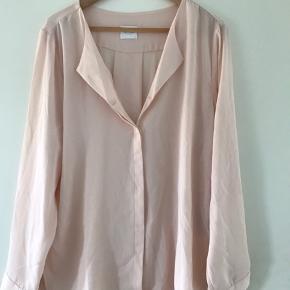 Flot skjorte fra Vila, lyserød/laksefarvet. Aldrig brugt.