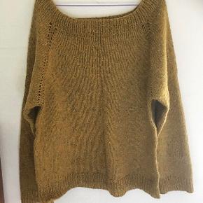 Flot sweater strikket i nistret uld. Karrygul bundfarve. Håndvask og luftning. Sender med DAO. Køber betaler forsendelse.  #trendsalesfund #hjemmestrik #sundaysellout #knitwear