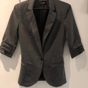 Klassisk grå blazer fra Mbym i størrelse XS. Aldrig brugt. Nypris 700,-