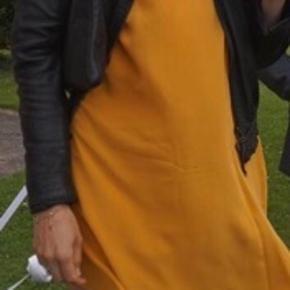 COS silke kjole oversized tshirt look 100% silke Brugt 2 gange Mærker klippet ud da de ellers kunne ses gennem kjolen Ingen pletter eller lign, fremstår som ny Str M/40 Jeg er selv 179cm og slank, tror den passer de fleste i str M/L da den er løs og oversize i fittet :-)