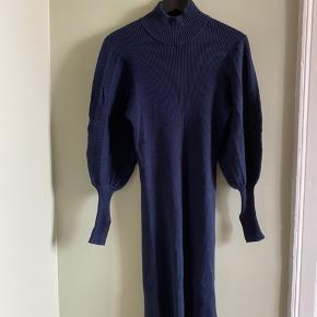 Fineste kjole fra Levetroom, brugt under graviditet, men er ikke en Graviditetskjole! Fine detaljer i ærmet