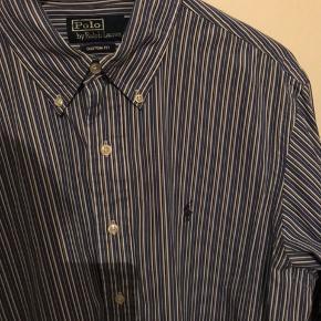 Polo Ralph Lauren Skjorte  Str. L (fitter L) Custom fit.  Brugt max 5 gange. Går godt sammen med et par jeans.  Sælges da jeg ikke får den brugt.