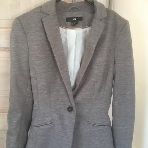 Mærke: H&M Størrelse: 34 Farve: Grå mixet Jakken:: Blød foret klassisk  Materiale: 80% Polyester, 18% Viscose  og Elastan Næsten som ny  Sælges 75 kr