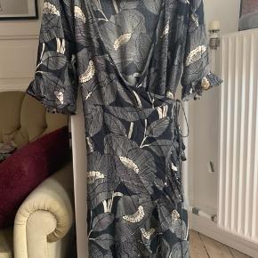 Fin wrap / slå-om kjole fra Second Female. Købt herinde, men da den desværre ikke passer ryger den videre.