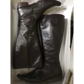 Lang-skaftede støvler fra Billie bi. I brunt læder. Ekstra vidde i skaftet. Nypris 2000kr