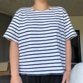 Hvid shirt med mørkeblå striber fra Ganni købt for nogle år siden. Brugt et par gange, men ikke særligt meget 💙 den har et løst fit