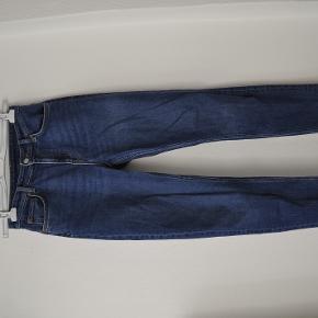 Helt nye jeans fra Weekday i modellen Way. Str 27/30. Har aldrig været brugt.