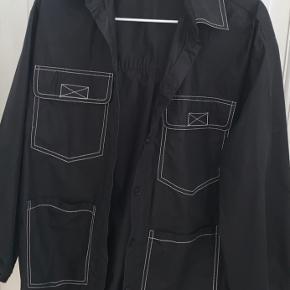 Sælger denne lækre Envii skjorte, da den ikke bruges! Den er i str XS/S, og fitter også således. Byd!!🥰