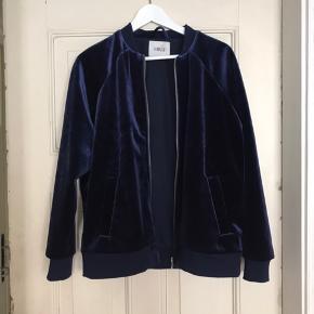 Envii jakke i velour, str. S. Nypris 600, byd