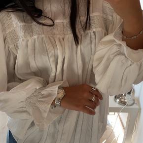 Sælger denne vildt søde skjorte, da den er for stor til mig. Kan passes af både small og medium   📸Spørg for endelig for flere billeder 💰Bud modtages  📦Sendes med Dao 🚫Fra ikke-ryger-hjem  👚Str. Xs-M