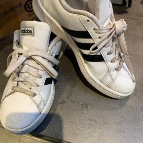 Snørebånd lidt beskidte.. ellers ret fine sko som vi ikke nåede at bruge ret meget