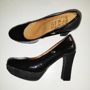 Mega behagelige pumps i ren læder - sort ruskind på selve hælen. Brugt meget lidt.