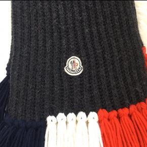 Mørkeblå Moncler tørklæde sælges. Brugt enkelte gange. Er helt som ny.   #30dayssellout