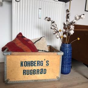 """Super fed retro trækasse fra Kohberg med påtrykt """"Kohbergs Rugbrød"""" 😍 virkelig fed til opbevaring, planter, pynt mm. Overordnet fin stand 👌🏼 måler ca. 59 x 33 x 46 cm.   Bemærk - afhentes ved Harald Jensens plads. Sender ikke og bytter ikke 🌸  🌙 Retro loppefund kasse trækasse opbevaring træ kasse Kohberg"""