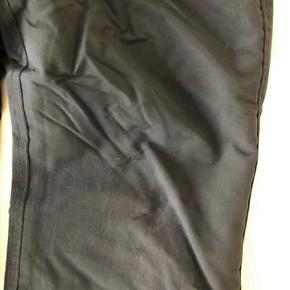 Lækre sorte skibukser. Har overflade brugsspor på de ene knæ -uden hul i stoffet -og en lille flænge nederst på vendte bukseben -men ikke hul, da stoffet er dobbelt lag. Kan reguleres i livet og selerne kan lynes af. Str 6 De er ikke misfarvet -det er lyset der driller;)