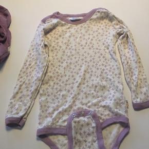 Lækkert uld body fra Joha. Kun vasket med uldvaskemiddel og fra ikke ryger hjem. Se mine andre annoncer for mere pigetøj
