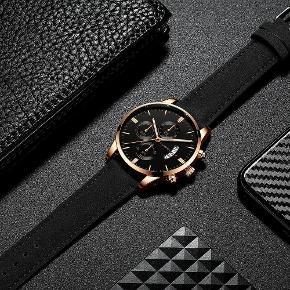 Pris : 170 DKK 1 x armbåndsur ( Lækkert og stilfuldt herreur sælges nyt/ubrugt. Uret er udstyret med Quartz urværk, hvilket man bruger i mange kendte urbrands. Længde 24 cm,Materiale: Rustfrit stål,læder urrem,Vandtæt:3 ATM) 1 × gaveæske