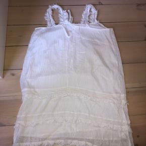 Hvid kjole fra Mango. Lidt lille i str. Brugt 1 gang. Kun til afhentning.