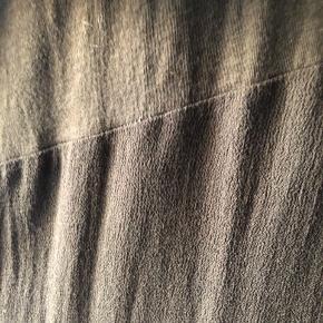SÅ fin kjole fra Rabens. Sat sammen af to typer stof, som giver den fedeste detalje.  Fejler intet