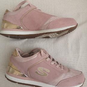 Skechers i gammel rosa og guld.  Brugt 1 gang. Fejlkøb Jeg bruger selv str. 41,skoen er str. 40 Har sko kasse til.