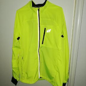 Løbe jakke aldrig brugt. Da jakken er købt i forkert størrelse. Nypris var 599,- Vil gerne så tæt muligt på nypris