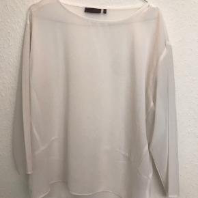 T-shirt/top fra minimum med 3/4 ærmer sælges.   Den har aldrig været i brug, og har derfor ingen brugsspor.  Passes af en 36/38