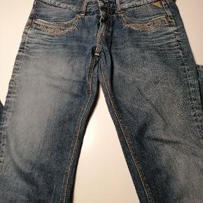 Jeans i str. 30. Broderi ved lommer. Lige ben, lidt løse