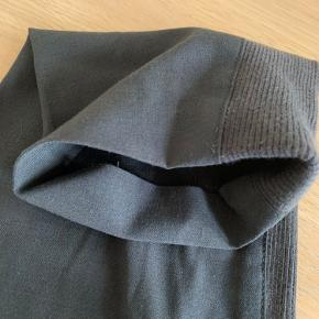Flotte teodosio bukser fra By Malene Birger. Som vist på billeder: mangler knappe ved livet og syning er gået op i buksekanten ved den ene ankel - kan nemt selv fikses ☺️👍🏼 de sælges derfor billigt