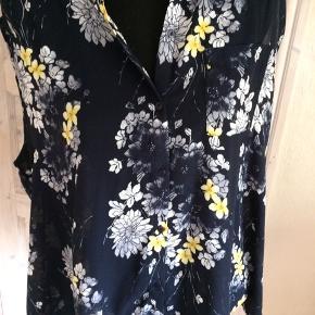 Blå og gul bluse uden ærmer Brystmålet er 2 x 68 cm Længde foran 70 cm og bag på 78 cm