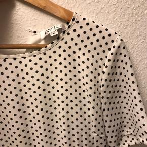 Kjolen er brugt 2-3 gange. Knappes i nakken.