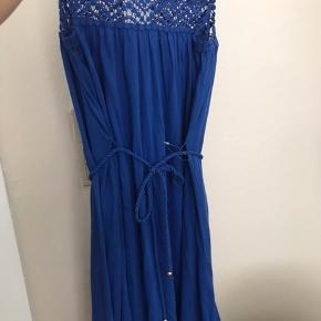 Flot blå kjole str. Xs.  Aldrig brugt- der er stadig prismærke på.  Får den ikke brugt hvorfor den sælges.