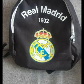 Næsten som ny fed Real Madrid rygsæk.  Kan hentes på Amager eller sendes mod betaling.   Kig endelig forbi mine andre annoncer