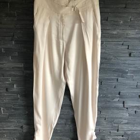 Super fine sommer bukser som sidder rigtig flot på.  Liv. 80 cm  Total længde 106 cm