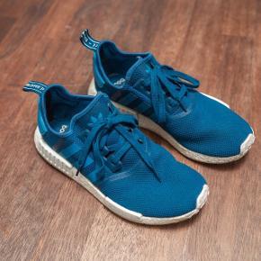 Sælger disse teal/coral farvede Adidas NMD. Har hovedsageligt været brugt indendørs, så er derfor ikke særlig brugte.  Få brugstegn!  Kom gerne med bud og prisen inkluderer fragt.