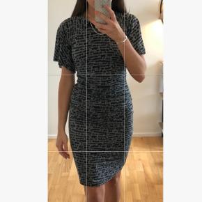 Tætsiddende kjole i går og sort fra Baum und Pferdgarden.  Kun brugt få gange.  Ny pris var: 1799 Kom med et bud (: