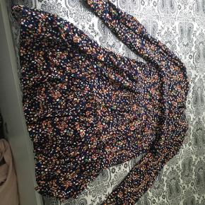 Farverig kjole supper smuk sommer kjole er aldrig blivet brugt! Sælger denne da den ikke kunne passe mig men ellers er den aldrig brugt!