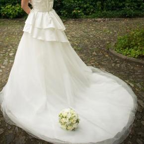 Pæneste brude kjole med tyl og princesse stil. Str. 38, jeg er 170 cm højt og havde 10 cm højhæle på. Kun brugt 1 gang, renset med kemisk rens, helt klar til at bruge :)
