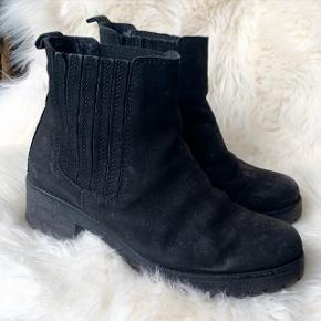 """Flotte chunky boots fra bianco.  Størrelse 40. Støvlerne er brugt i to sæsoner, så de står ikke som """"ny"""" længere. Derfor den lave pris."""