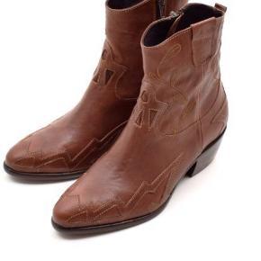Super flot cowboy støvle fra Mentor med fine syninger og detaler. Støvlen lukkes med lynlås i siden og har en rå  sål. Den er hejt ny og stadig i original kasse. Normal i størrelsen.   Hælhøjde 4 cm.   Sælges da den er en smule for lille.   Sælges billigt 🌸